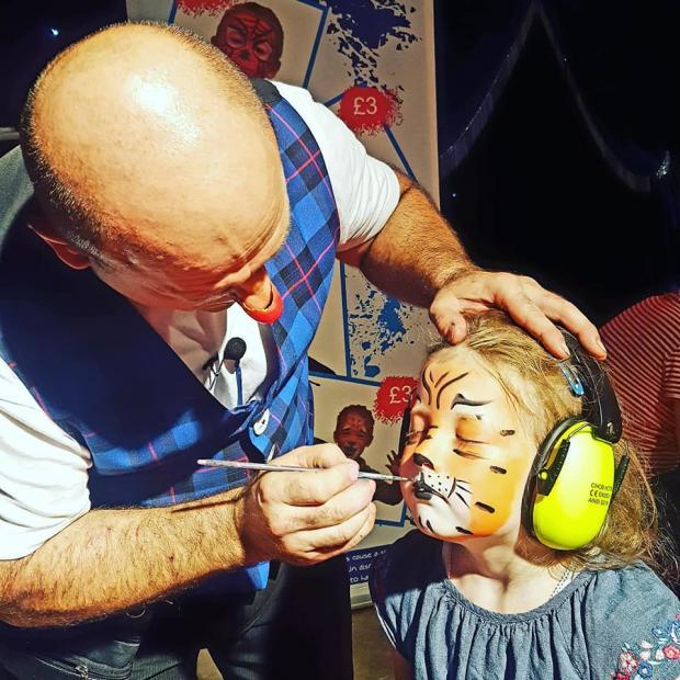 Isle of Wight County Press: Una joven celebrante se pinta la cara en un circo.